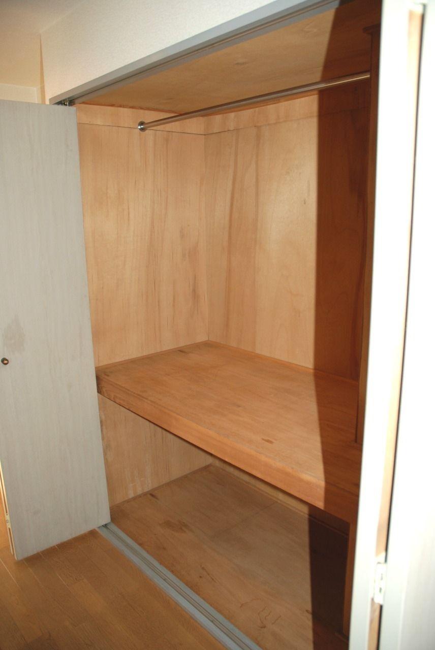 広々収納スペース!すぐに服をかけられます!二段に仕切られており、衣替えなどの収納に便利です!