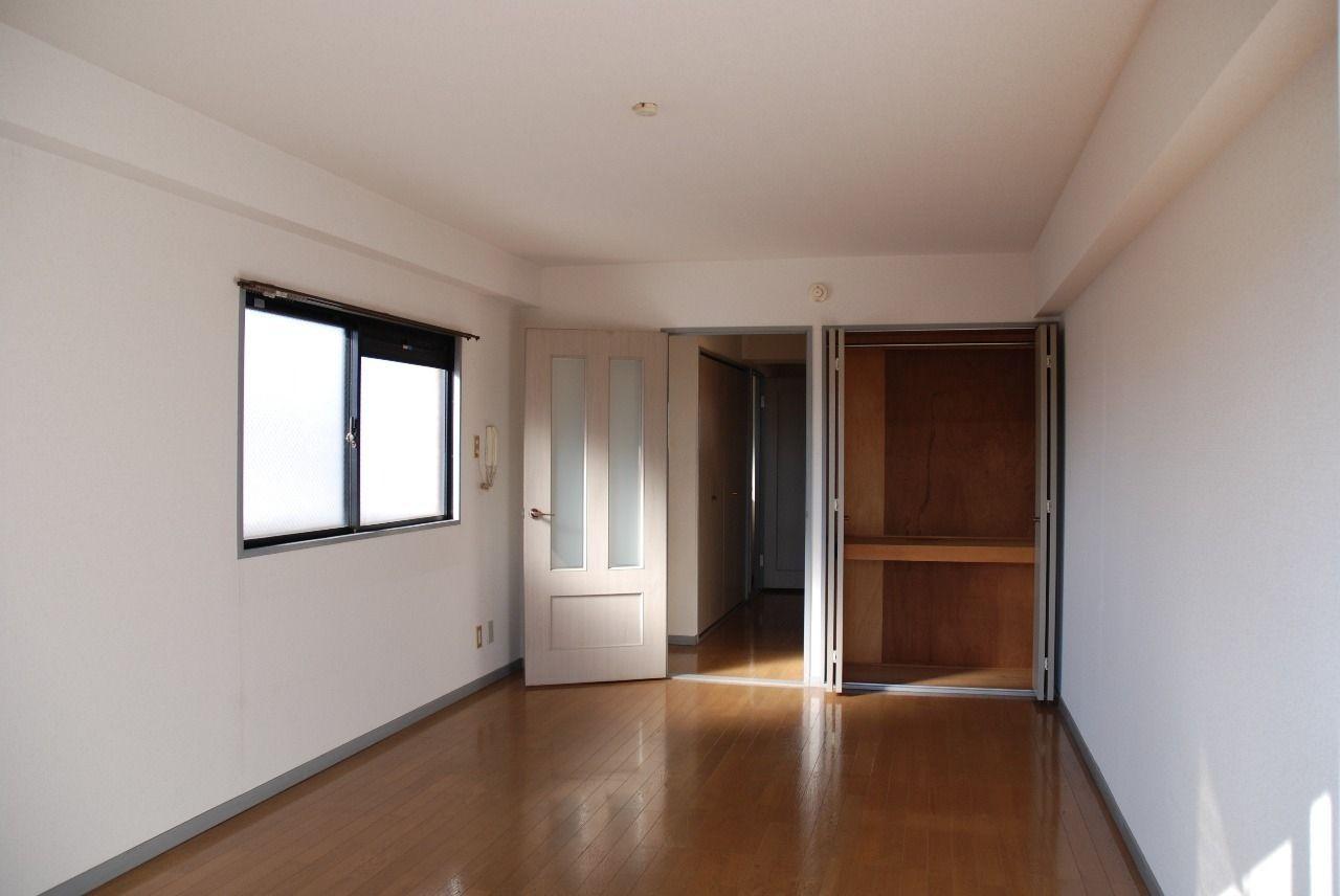 404号室の洋室写真です。 小窓付きで明るいお部屋★