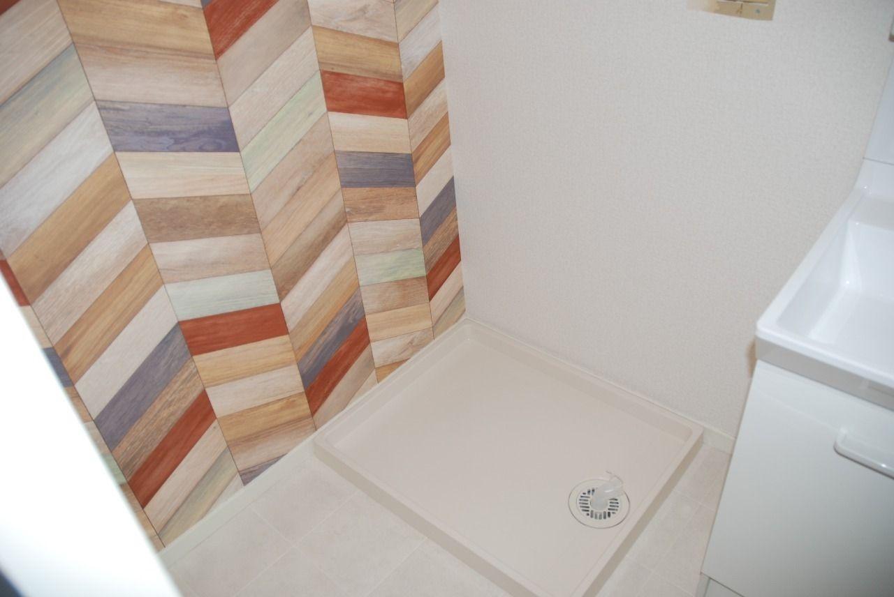 つい先日フルリフォームが完了いたしましたユーテラス信長301号室の洗面所の壁紙です! 素敵な柄がアクセントになりますね。