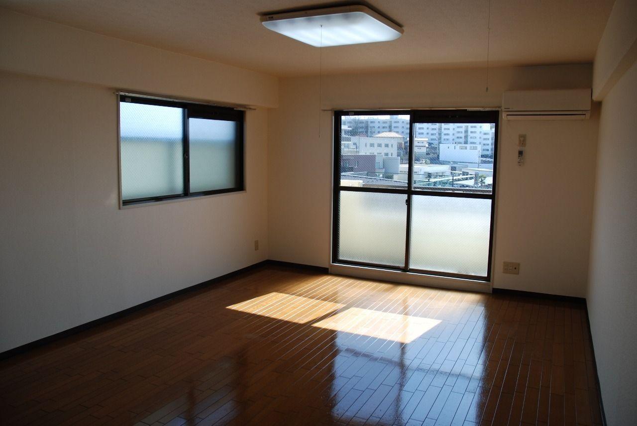 南向きのお部屋、かつ出窓付きですので、採光性十分です!
